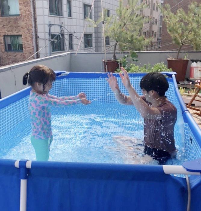 서울 누하동 자택 옥상에'루프톱 수영장'을 꾸민 박지영씨. / 박지영