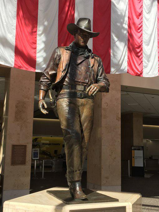 미 캘리포니아주 오렌지 카운티 존 웨인 공항의 동상./트위터 캡처