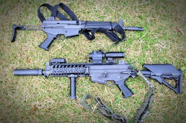 K1A 기관단총(사진 위)과 K1A 기관단총 개량형(사진 아래). 개량형은 레일,조준경 등을 장착하고 사수에 맞춰 조절할 수 있는 신형 손잡이도 갖췄다./육군 공식 블로그
