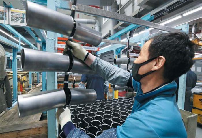 """지난 26일 인천 서구 검단산업단지에 있는 한 금속 표면처리업체에서 50대 근로자가 작업하고 있다. 11명이 일하는 이 업체는 최연장자인 67세 직원을 포함해 5명이 50대 이상이다. 중소 제조업체들은 """"젊은 인력 충원 없이는 기술 단절은 물론 국가 제조업 경쟁력 하락이 불가피하다""""고 입을 모은다."""