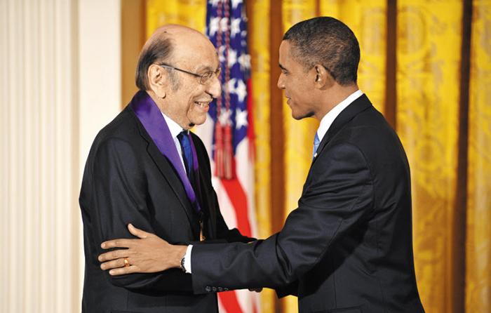2010년 버락 오바마 대통령으로부터 국가예술훈장을 수여받는 밀턴 글레이저(왼쪽).