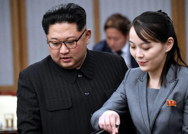 김여정 노동당 중앙위 제1부부장(오른쪽)이 김정은 북한 국무위원장과 함께 지난 2018년 4월 27일 남북 정상회담에 참석한 모습/한국공동사진기자단