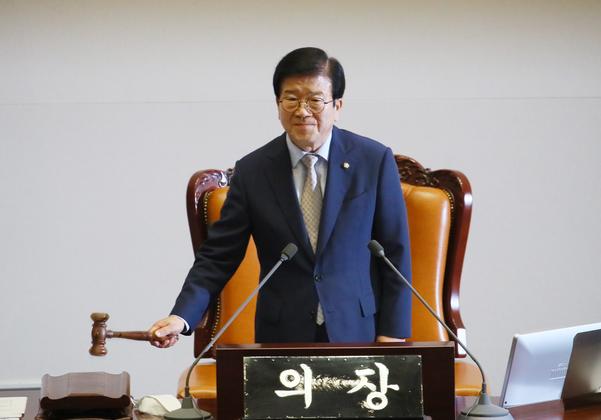 박병석 국회의장이 29일 오후 국회 본회의에서 개의를 선언하고 있다./연합뉴스