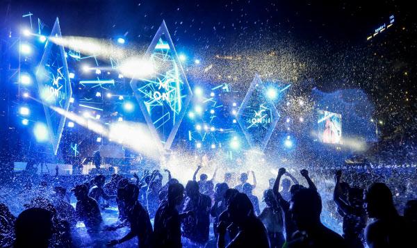 지난해 8월 열린 부산바다축제 중 해운대해수욕장에서 진행된 '나이트풀파티(Night Pool Party) 모습. /부산시제공