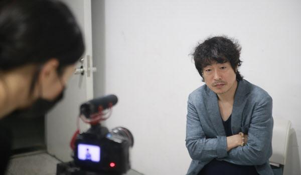 '조씨고아'의 고선웅 연출이 공연 전 온라인 방송 시청자들을 위한 미니 인터뷰를 진행하고 있다. /이태훈 기자