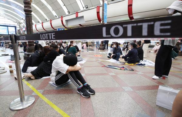 26일 오전 서울 영등포구 롯데백화점에서 재고 면세품을 사려는 시민들이 자리를 깔고 앉아서 입장을 기다리고 있다. /연합뉴스