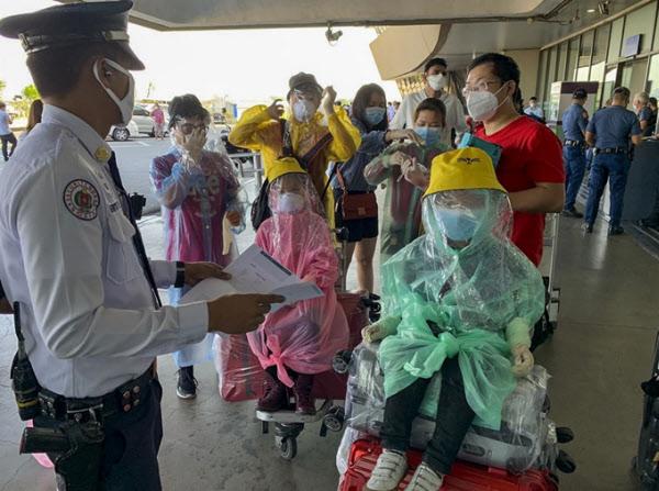 필리핀 마닐라 국제 공항에서 코로나 검사를 받기 위해 사람들이 이동하고 있다./AP 연합뉴스