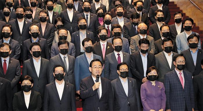 """미래통합당 주호영(앞줄 왼쪽 셋째) 원내대표와 의원들이 29일 서울 여의도 국회 본청 로텐더홀에서 17개 상임위원장을 일방적으로 선출한 더불어민주당을 규탄하는 성명을 발표하고 있다. 통합당은 """"176석 거대 여당의 폭주""""라며 """"민주당의 '일당 독재' '의회 독재'가 시작된 날""""이라고 반발했다."""