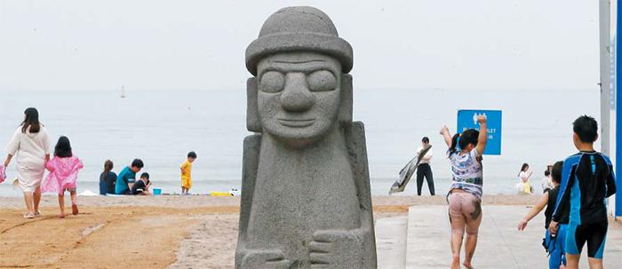 지난 27일 정식 개장을 나흘 앞둔 제주 이호해수욕장을 찾은 관광객들이 해변에서 뛰어놀거나 산책을 즐기고 있다. 코로나로 해외여행을 갈 수 없게 되면서, 지난 주말에 약 10만명이 제주를 찾았다.