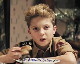 제2차 세계대전 말기 엄마가 아껴둔 독일 흑빵 '로겐브로트'를 덥석 집어 먹는 조조.