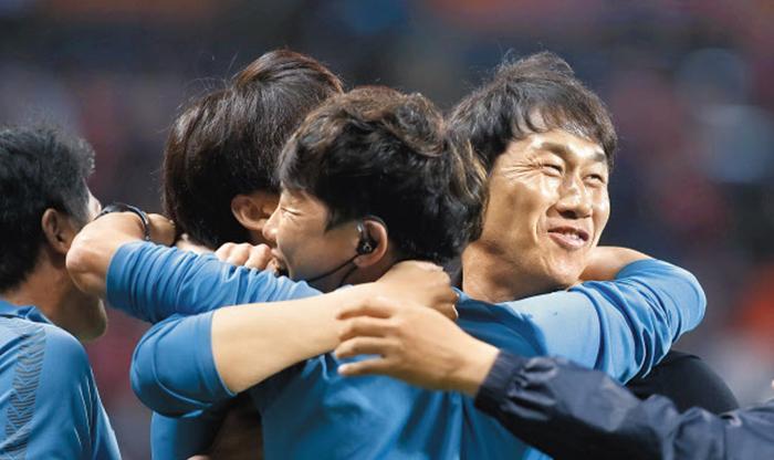 유상철 인천 전 감독이 작년 5월 28일 제주 원정에서 2대1 승리를 거둔 뒤 선수들과 포옹하며 기뻐하고 있다. 작년 5월 부임한 유 감독은 그해 10월 췌장암 4기 판정을 받고도 그라운드를 지켰다.