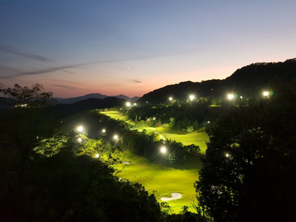 폭염이 일찍 찾아오면서 야간 골프를 즐기는 골프족들이 늘고 있다./큐로CC 제공