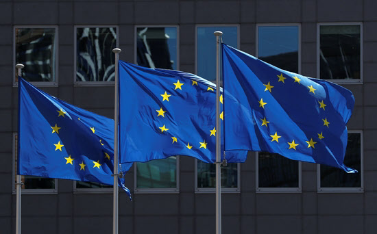 벨기에 브뤼셀의 EU 집행위원회 앞 EU 깃발/로이터 연합뉴스