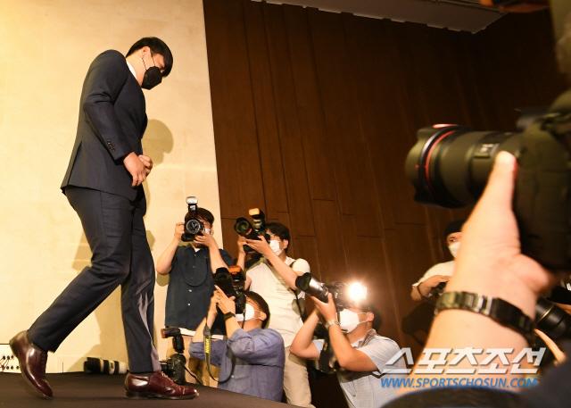 KBO 복귀를 추진 중인 강정호가 23일 오후 서울 스탠포드호텔 그랜드볼룸에서 공식 사과 기자회견을 열었다. 기자회견을 마친 강정호가 회견장을 나서고 있다. 정재근 기자 cjg@sportschosun.com/2020.6.23/