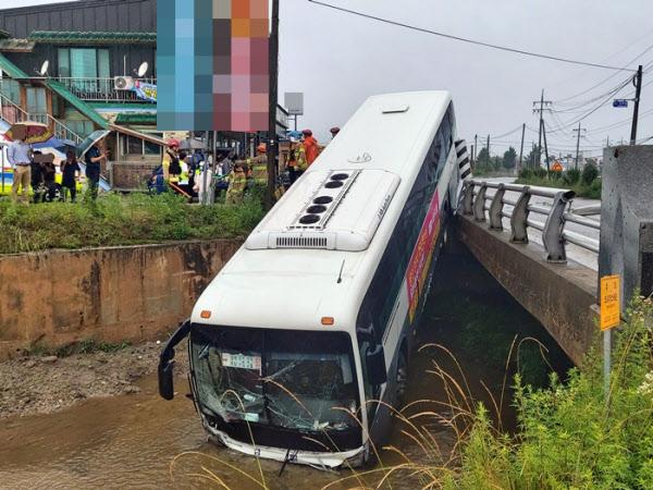 30일 오전 8시20분쯤 충북 진천군 이월면의 한 도로에서 용인과 진천을 오가는 여객버스가 다리 3m 아래 하천으로 추락했다. 다행히 버스 뒷부분이 다리 난간에 걸쳐 큰 사고는 모면했다./충북도소방본부