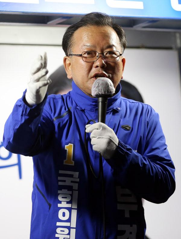 더불어민주당 김부겸 전 의원이 지난 4월 13일 대구 수성구에서 유권자들에게 지지를 호소하는 모습. /연합뉴스