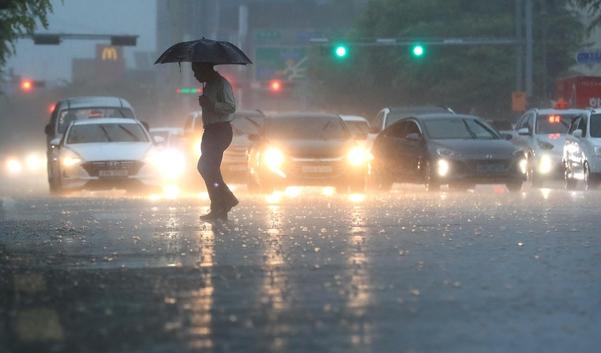 제주 남부에 호우경보가 내려진 24일 오후 제주 서귀포시 1호광장에 거센 빗줄기가 쏟아지고 있다. /연합뉴스