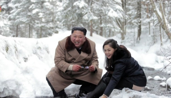 지난해 12월 4일 중앙TV가 공개한 김정은 국무위원장과 부인 리설주의 모습. /연합뉴스