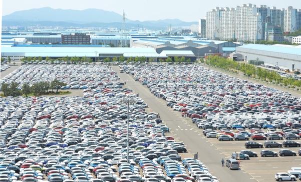 지난 5월 29일 울산 북구 현대차 울산공장 야적장에 선적을 기다리는 자동차들이 빼곡히 주차돼 있다. /뉴시스