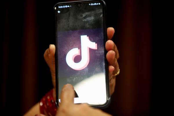 29일(현지 시각) 인도 보팔에서 한 여성이 스마트폰으로 동영상 공유 앱 틱톡을 사용하고 있다./EPA 연합뉴스