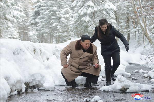 김정은 북한 국무위원장(왼쪽)과 그의 부인 리설주(오른쪽). /조선중앙TV