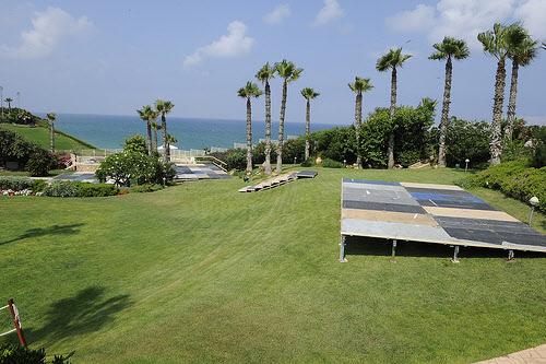 7월4일 독립기념일 파티가 열리는 미 대사관저의 잔디밭/이스라엘 주재 미 대사관 웹사이트