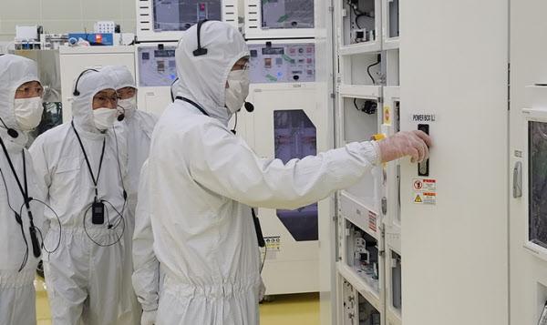 이재용 삼성전자 부회장이 30일 세메스 천안사업장을 찾아 생산라인을 살펴봤다./삼성전자