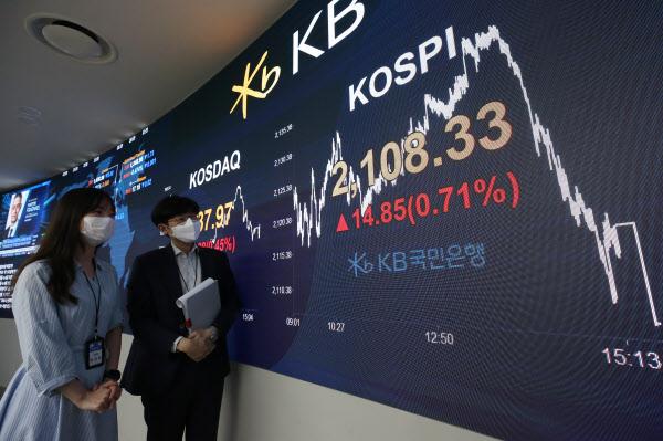 30일 오후 코스피가 전 거래일보다 0.71% 오른 2,108.33으로, 코스닥지수는 전 거래일보다 0.45% 오른 737.97로 마감했다. 사진은 이날 서울 여의도 KB국민은행 딜링룸./연합