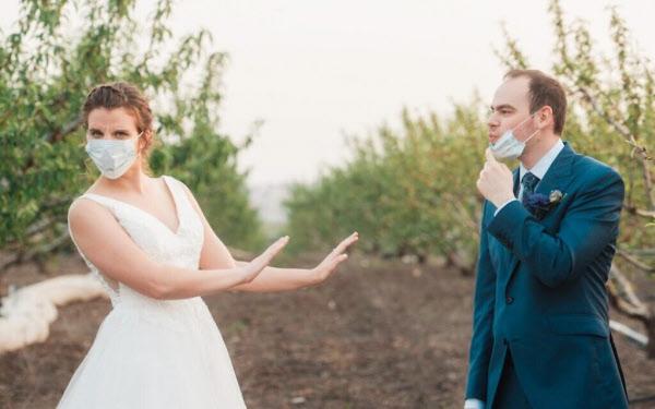 지난 3월 코로나 바이러스로 인해 초대하려던 결혼식 하객 330명을 20명으로 대폭 줄인 니나 아브라함스와 아미트 비글러 부부/JTA