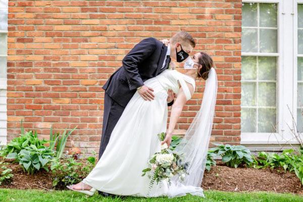 미국 미시간에서 지난 3월 결혼식을 올리려고 했지만 코로나로 식이 취소된 맷과 매킨지 메제너 커플./트위터