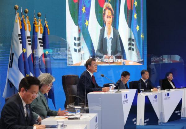 문재인 대통령이 30일 청와대 충무실에서 유럽연합(EU)의 샤를 미셸 정상회의 상임의장, 우르줄라 폰데어라이엔 집행위원장과 화상 정상회담을 하고 있다. /뉴시스