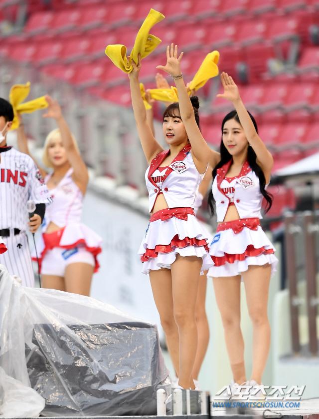 2020 KBO리그 LG 트윈스와 KT 위즈의 경기가 30일 서울 잠실야구장에서 열렸다. LG 치어리더가 열띤 응원을 펼치고 있다. 잠실=박재만 기자 pjm@sportschosun.com/2020.06.30/