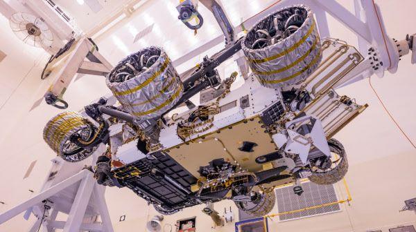 화성 탐사 로버 퍼시비어런스의 배에 장착된 헬리콥터 인저뉴어티./NASA