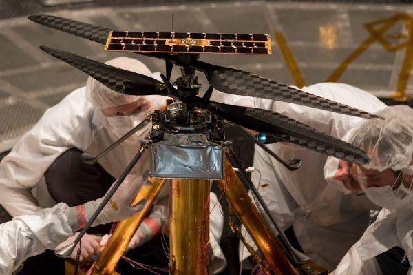 NSASA 엔지니어들이 화성 탐사용 헬리콥터 인저뉴어티를 검사하는 모습. 화성 대기 밀도에 맞춘 실험에서 비행에 성공했다./NASA