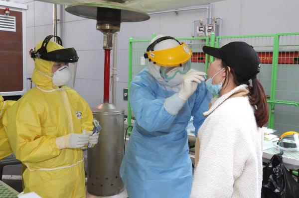 선별진료소에서 코로나 진단검사를 하고 있는 모습. /연합뉴스