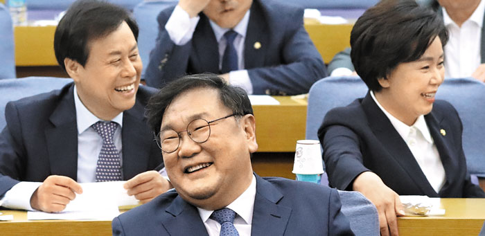 더불어민주당 김태년(가운데) 원내대표가 30일 국회 의원회관에서 열린 '경제를 공부하는 국회의원 모임'에 참석, 같은 당 도종환(왼쪽)·양향자 의원 등과 함께 웃음을 짓고 있다.