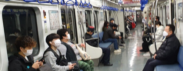 최근 부산 도시철도 1호선을 탄 시민들이 대부분 마스크를 착용하고 있다. 부산시는 지난 5월26일부터 대중교통 이용 승객에게 마스크 착용을 의무화했다. /박주영 기자