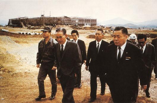 1970년 4월 23일 이병철 선대회장과 일본 NEC의 고바야시 사장이 울산사업장 건설 현장을 방문하고 있다. /삼성SDI