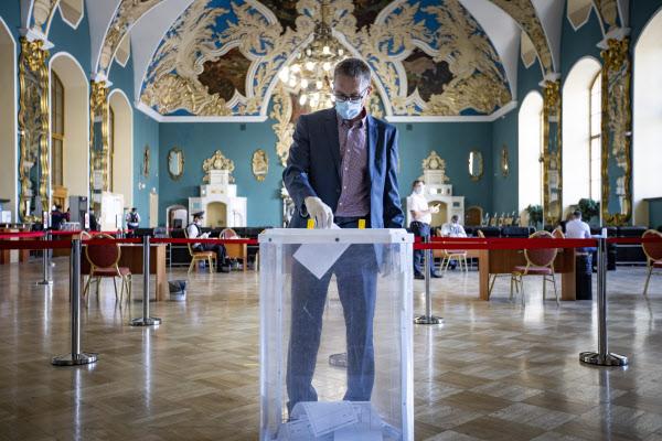 6월 30일(현지 시각) 러시아 모스크바 카잔스키 기차역에 설치된 개헌 국민 투표소에서 한 남성이 투표함에 표를 넣고 있다. /AP 연합뉴스