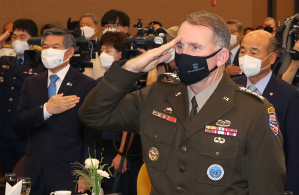 1일 서울 용산구 국방컨벤션에서 열린 제6회 한미동맹포럼에서 로버트 에이브럼스 주한미군 사령관 겸 유엔군사령관 등 참석자들이 국민의례를 하고 있다./ 오종찬 기자