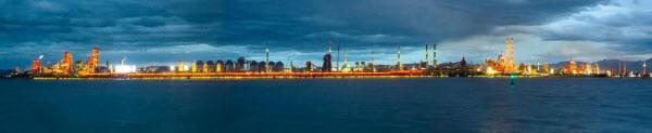 포항제철소가 세계 최대 길이인 약 6km 야간 경관조명을 완성해 1일부터 공개했다. /포스코