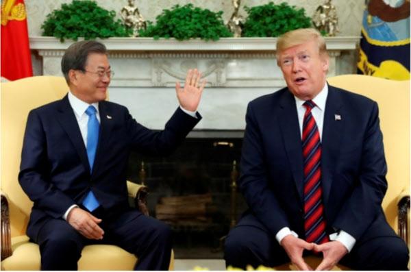 작년 4월11일 미국 워싱턴DC 백악관 오벌오피스에서 열린 정상회담 자리에 같이 앉은 한국과 미국 대통령/조선일보DB