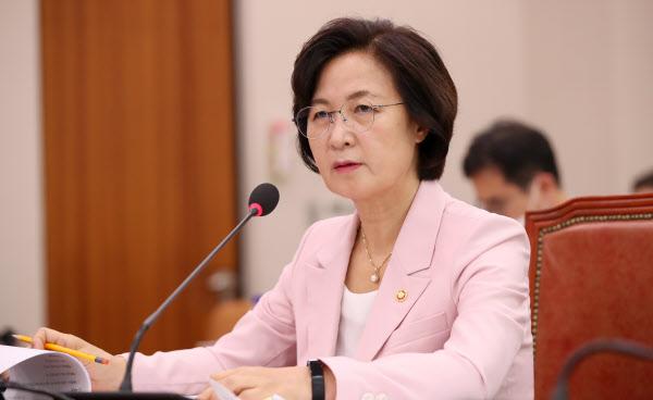 추미애 법무부장관이 1일 오후 서울 여의도 국회에서 열린 법사위 전체회의에서 의원 질의에 답변하고 있다. /뉴시스