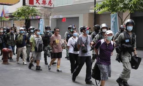 1일 경찰에 연행되는 홍콩 시위대의 모습/AP 연합뉴스