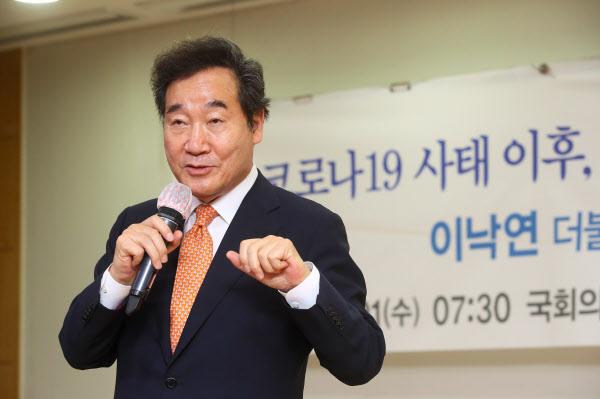 더불어민주당 이낙연 의원이 1일 오전 국회에서 바이오헬스를 주제로 강연하고 있다./연합뉴스