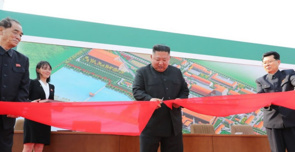 김정은 북한 국무위원장이 지난 5월 1일 순천인비료공장 준공식에 참석했다며 조선중앙통신이 보도했다. 김 위원장 근처에 김여정이 서 있다. /연합뉴스
