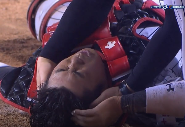 강백호의 무릎에 머리를 부딪치며 쓰러진 이성우. 그는 괴로워하면서도 '비디오판독'을 외쳤다. / SBS스포츠 중계화면 캡쳐