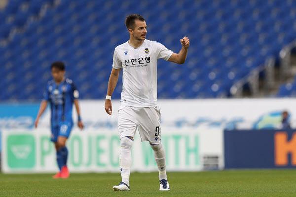 4일 열린 울산과의 경기에서 골을 넣은 뒤 세리머니를 하는 인천 공격수 무고사./한국프로축구연맹
