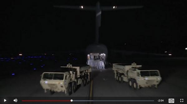 사드가 지난 2017년 오산 기지를 통해 반입되는 모습. 미군은 지난달 28일 홍보 영상을 통해 이 장면을 다시 한번 공개했다. /미군