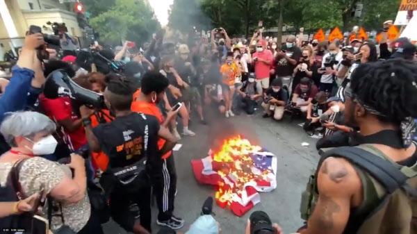 미국 최대 국경일인 독립기념일이었던 4일(현지 시각) 인종차별반대 시위대가 미국 백악관 인근 BLM 광장에서 성조기를 불태우고 있다./트위터